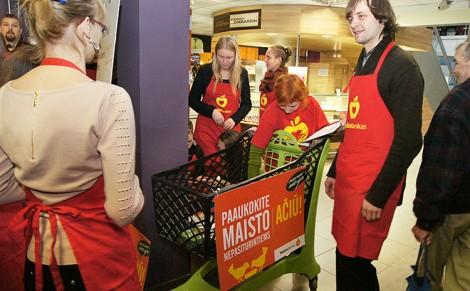 """Podczas październikowej akcji dobroczynnej """"Banku Żywności"""" zebrano 215 ton jedzenia o wartości 250 tys. euro Fot. Marian Paluszkiewicz"""