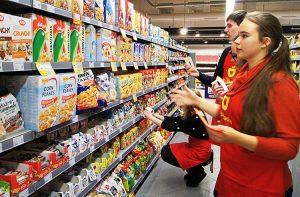 W zbieraniu żywności pomagają liczni wolontariusze Fot. Marian Paluszkiewicz