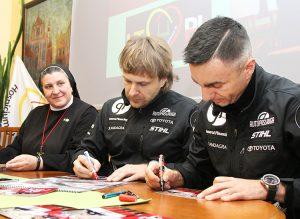 Rajdowcy podpisali zdjęcia i kalendarze na przyszły rok dla pacjentów hospicjum                                         Fot. Marian Paluszkiewicz