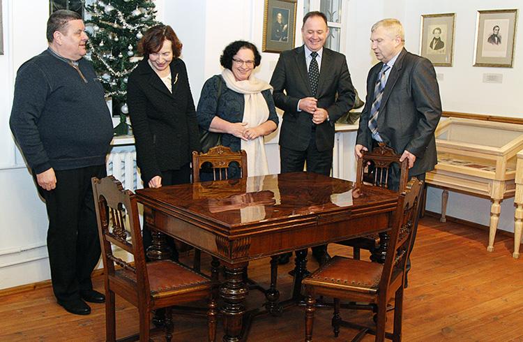Przedsiębiorca Ryszard Piątek (pierwszy od lewej) oraz starosta powiatu świdwińskiego Mirosław Majka (drugi od prawej), obok dyrektor muzeum Rimantas Šalna Fot. Marian Paluszkiewicz