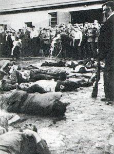 """Książkowa reprodukcja, przedstawiająca mord Żydów w kowieńskich garażach """"Lietūkisa"""" Fot. archiwum"""