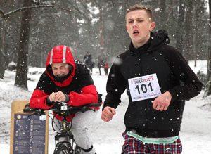 Na dystansie 2 km do mety pierwszy przybiegł Robert Markowski Fot. Marian Paluszkiewicz