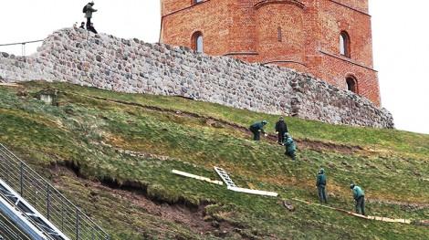 Problem osuwania się ziemi powstał z powodu narastającej inwazji człowieka u podnóża Góry Giedymina Fot. Marian Paluszkiewicz
