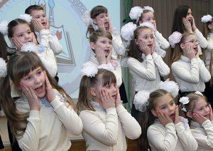 Zdolności wokalne zaprezentowali także najmłodsi uczniowie gimnazjum Fot. Marian Paluszkiewicz