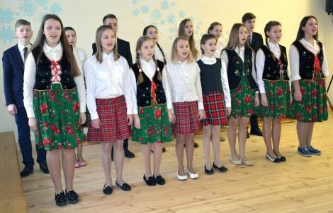 Promieniujący świątecznym nastrojem dzieci i nauczyciele podczas koncertu dziękowali wszystkim, kto przyczynił się do renowacji budynku i dążył do tego, by w szkole było przytulnie i dobrze zarówno uczniom, jak również osobom pracującym w niej