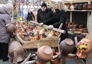 W tym roku dzbanki, dzbanuszki, talerze są bardzo popularne wśród gości z zagranicy Fot. Marian Paluszkiewicz