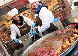 Goście jarmarku mogli pokrzepić się gorącymi napojami oraz litewskimi regionalnymi daniami Fot. Marian Paluszkiewicz
