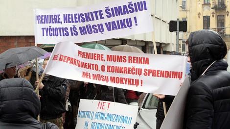 O przychylne decyzje w dziedzinie oświaty wystąpili przedstawiciele społeczności szkół na lutowej pikiecie przy Departamencie Mniejszości Narodowych  Fot. Marian Paluszkiewicz