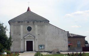 Kościół pw. św. Józefa, przy którym ksiądz katolicki ułożył tablice z grobów żołnierzy polskich Fot. Waldemar Szełkowski