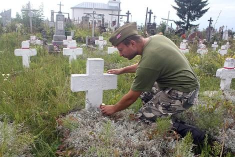 Zachowały się szeregi starych żołnierskich krzyży z napisami pułków — także 13 Pułku Ułanów Wileńskich Fot. Waldemar Szełkowski