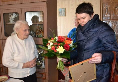 Złożyć życzenia dostojnej Jubilatce przybyła delegacja samorządu rejonu wileńskiego  Fot. Jan Lewicki