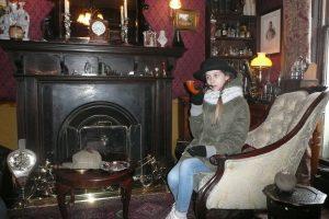 Turyści pozują do zdjęć siedząc w kultowych fotelach przy kominku Fot. Justyna Giedrojć