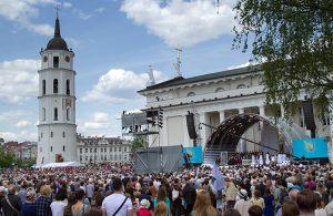 Tłumy wiernych na Placu Katedralnym Fot. Marian Paluszkiewicz