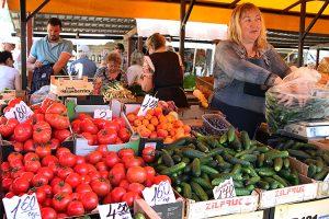 Na straganach dominują importowane warzywa i owoce Fot. Marian Paluszkiewicz