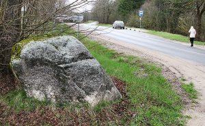 Kamień przy drodze pamięta czasy międzywojennej granicy polsko-litewskiej Fot. Marian Paluszkiewicz