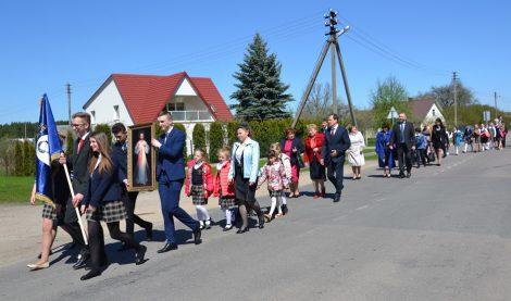 W uroczystym pochodzie społeczność szkolna oraz goście przemaszerowali ulicami osiedla Fot.vrsa.lt