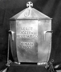 """Srebrna urna z napisem:""""Serce Józefa Piłsudskiego. 12 maja 1935"""" i wizerunkiem orła Fot. archiwum"""