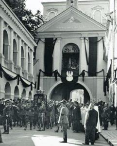 Oficerowie Wojska Polskiego niosą urnę z sercem Komendanta przy Ostrej Bramie Fot. archiwum