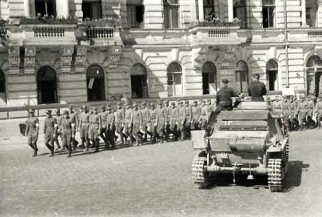 1 Strzelcy ponarscy w Wilnie latem 1941 roku maszerują naprzeciwko budynku przy Placu Katedralnym, w którym obecnie mieści się Hotel Kempinski Fot. archiwum
