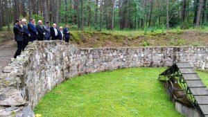 """Uczestnicy uroczystości przy jednym z dołów, gdzie w Ponarach dokonywano masowych mordów. """"O takich wydarzeniach trzeba rozmawiać, ale pewno na ołtarzu poprawności politycznej nie można składać prawdy"""" – podkreśla minister Jan Kasprzyk"""" Fot. Ilona Lewandowska"""
