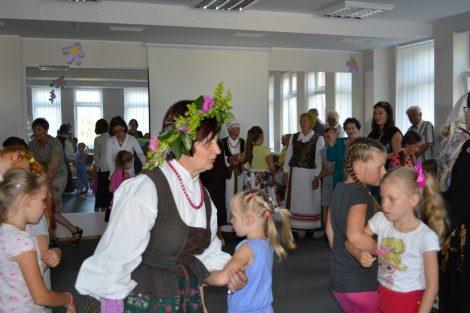 Młodzież rejonu wileńskiego chętnie bierze udział w zabawach ludowych. Fot. vrsa.lt