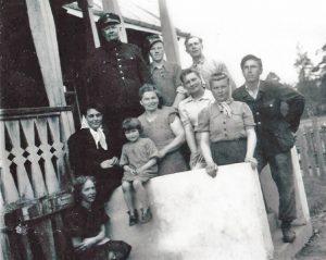 """Mała Rachela """"Haneczka"""" z rodziną Kruminis-Łozowskich na ganku domu na stacji Jaszuny Fot. archiwum rodziny Kruminis-Łozowskich"""