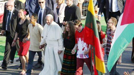"""Papież kierował do młodzieży bardzo mocne i zobowiązujące słowa:. """"to wy poruszajcie świat"""" Fot. archiwum"""