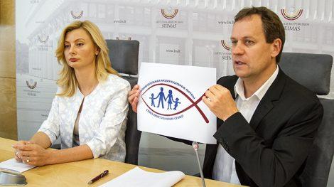 Starosta frakcji AWPL-ZChR Rita Tamašunienė i Waldemar Tomaszewski, przewodniczący (AWPL-ZChR), europoseł zaprezentowali nowe logo partii Fot. Marian Paluszkiewicz