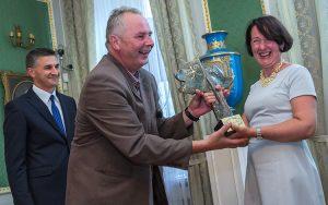 Jako pierwsza nagrodę podczas piątkowej uroczystości otrzymała zawsze uśmiechnięta Małgorzata Kasner Fot. Marian Paluszkiewicz