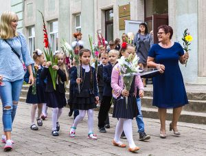Pierwszaki udały się na rozpoczęcie uroczystości pod czułą opieką wychowawczyni Marii Dunowskiej Fot. Marian Paluszkiewicz