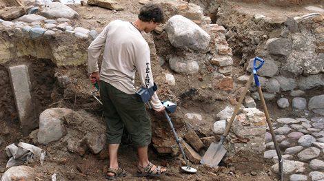 Nie warto uzbrajać się w poszukiwacze metali i łopaty, ponieważ prawo litewskie zabrania celowo szukać skarbów Fot. Marian Paluszkiewicz