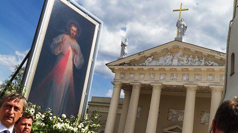 """Obraz Miłosierdzia Bożego """"wędruje"""" po ulicach Wilna Fot. Marian Paluszkiewicz"""