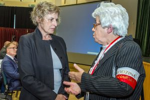 Rūta Vanagaitė z chęcią przyjęła od Marii Wieloch zaproszenie na konferencję  Fot. Marian Paluszkiewicz