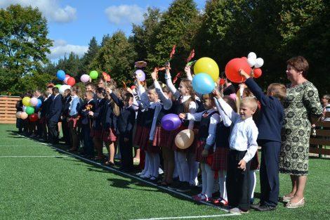 W środę symbolicznie oddano do użytku nowe boisko przy Gimnazjum w Bujwidzach  Fot. Alina Stacewicz