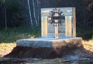 Po wielu dniach mozolnej pracy stanął naprawdę okazały memoriał z krzyżem w słonecznych promieniach Fot. archiwum