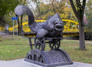 W Szyłokarczmie jest sporo akcentów dekoracyjnych — jak np. ta rzeźba nad rzeką Szyszą Fot. Marian Paluszkiewicz
