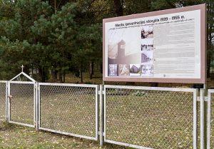 Napis tuż przy wejściu głosi, że tu w latach 1939-1955 był obóz koncentracyjny Fot. Marian Paluszkiewicz
