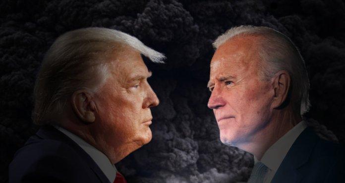 Donald Trump patrzy na Joe Bidena w czasie wyborów 2020.