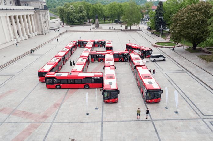 Czerwone autobusy stojące na zajezdni autobusowej w Wilnie