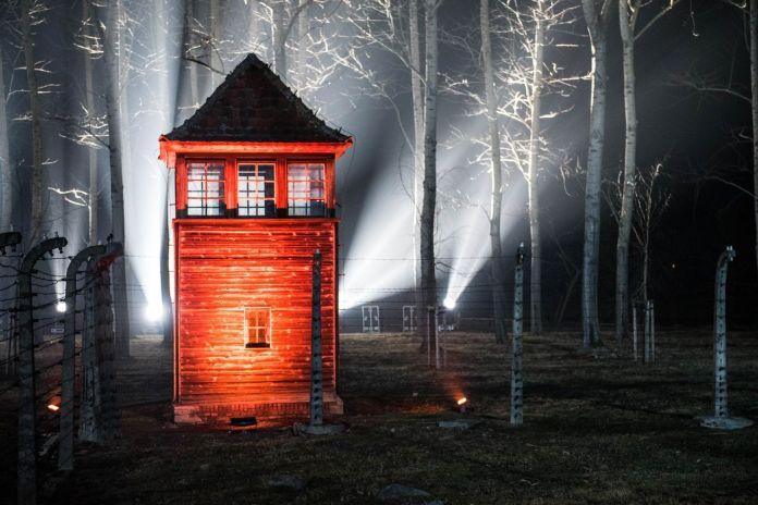 Wieża strażnicza w nazistowskim obozie koncentracyjnym Auschwitz w Oświęcimiu