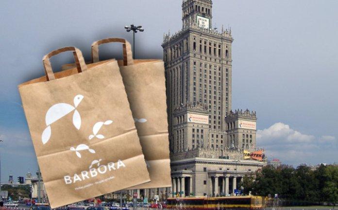 """Sklep litewski """"Barbora"""" na tle Pałacu Kultury i Nauki w Warszawie."""