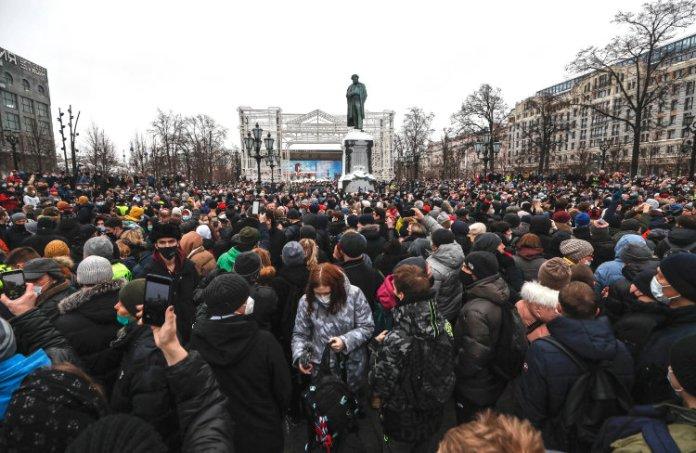 Tłum stoi w Moskwie z antyrządowymi hasłami