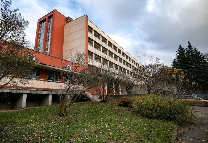Wileński szpital stoi, ponury dzień.