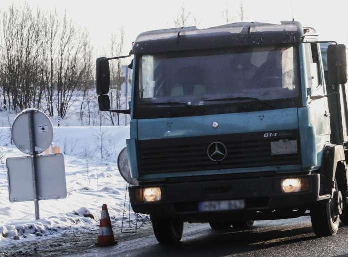 Ciężarówka stoi na Litwie w śniegu.