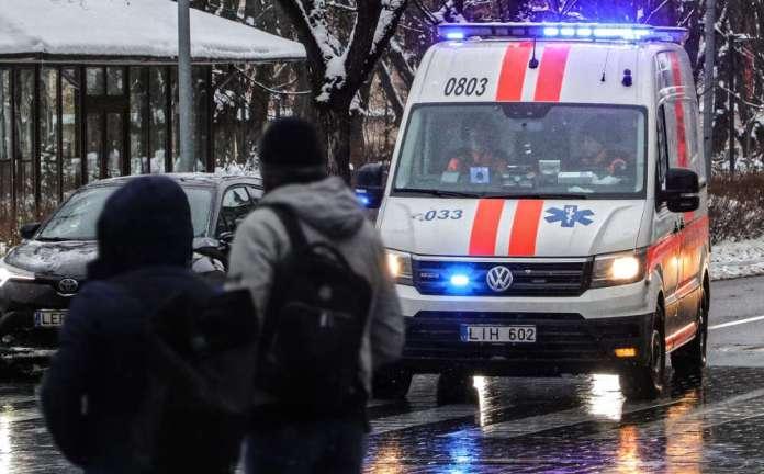 Karetka jedzie przez Wilno na Litwie w trakcie pandemii COVID.