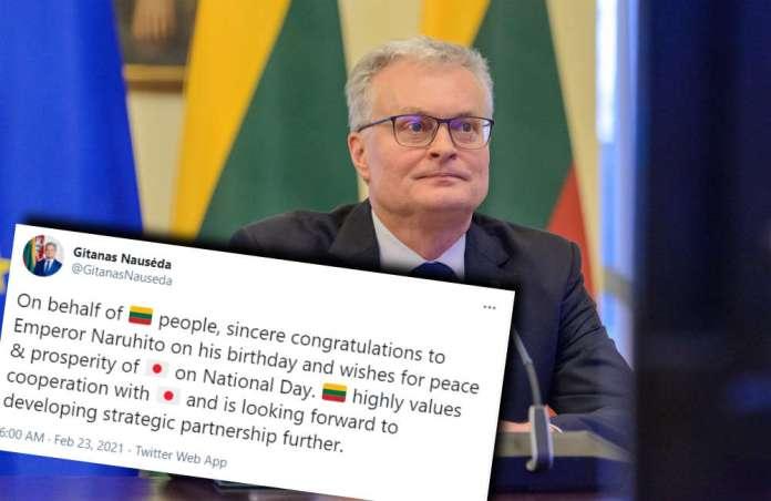 Gitanas Nausėda siedzi i patrzy do ekranu, przed nim tweet z Twittera