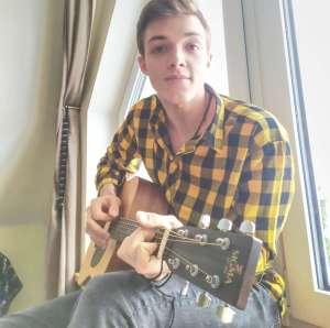 Rafał Szipkowski gra na gitarze.