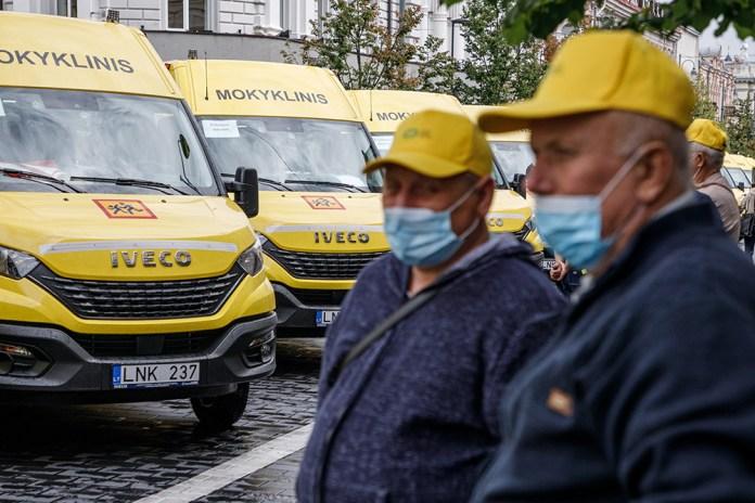 Szkolne autobusy zawiozą seniorów na szczepienia