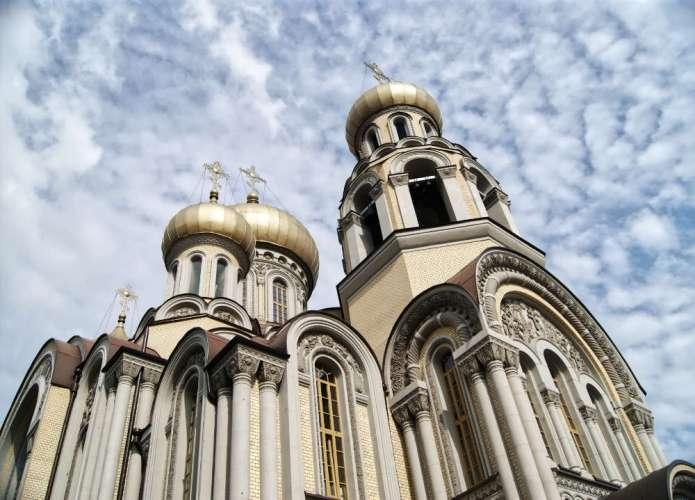 Cerkiew rozważa powrót do mszy z wiernymi, uwzględnia decyzję Kościoła katolickiego