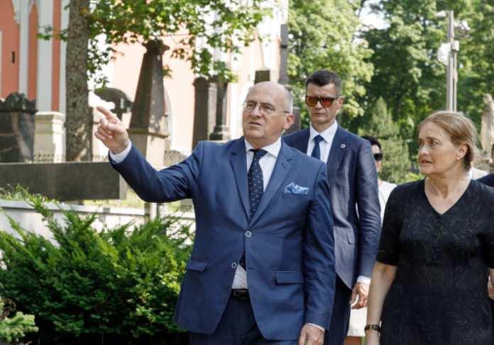 Zbigniew Rau z ambasador Urszulą Doroszewską chodzi po Rossie w Wilnie.